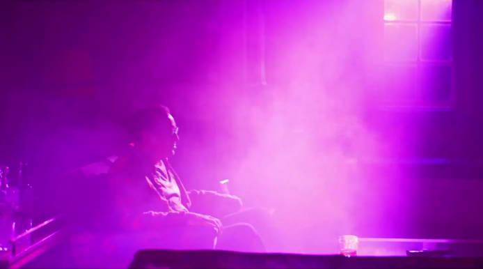 Nikolas Kejdz sedi na fotelju
